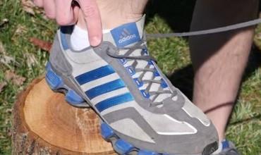 Tênis de corrida: furos extras têm utilidade