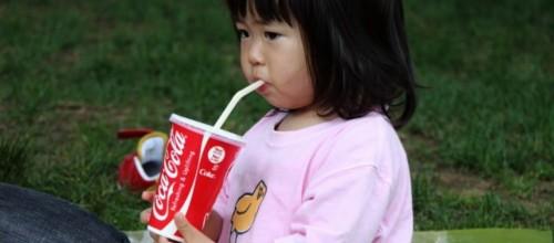Veja o que ocorre no corpo das crianças ao ingerirem coca-cola