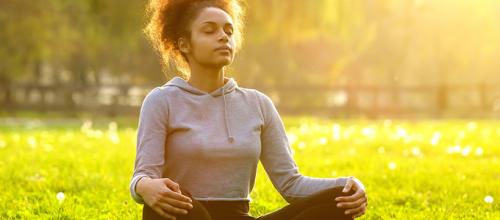 Respirar fundo acalma e a ciência explica porquê