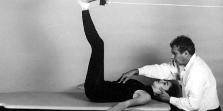 Reeducação postural global melhora postura e alivia dores nas costas